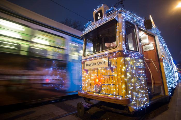 Budapesten idén is elindult az adventi fényvillamos c7efd490c8